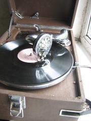 Продам граммофон в хорошем состоянии с множеством пластинок.